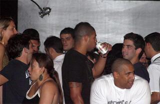 Adriano ile Ronaldo gece aleminde yakalandı