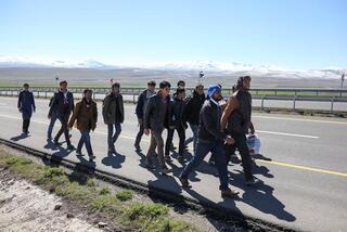 Akın akın Türkiyeye geliyorlar 300 kmlik yolu çıplak ayakla…