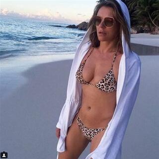 Elizabeth Hurley yine bikinili