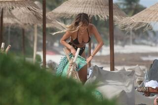 Instagram güzeli plajı salladı