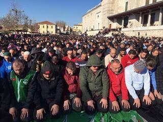 Şu an Fatih Camii... Kalabalık her geçen dakika artıyor