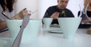İnsan kemiklerinden yemek takımı