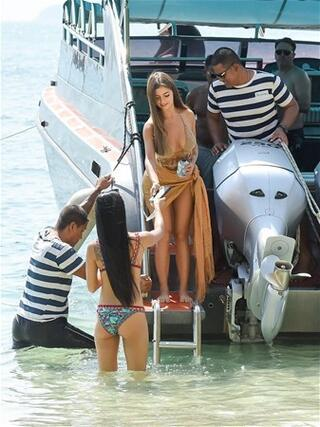 Hız teknesiyle geldi