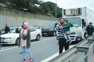 İstanbulda hareketli dakikalar Yol tamamen trafiğe kapatıldı