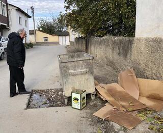 Çöp konteyneri altında tarih