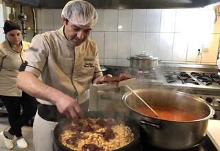 Anadolu'daki tüm kuru fasulye tariflerini aynı dükkânda topladı