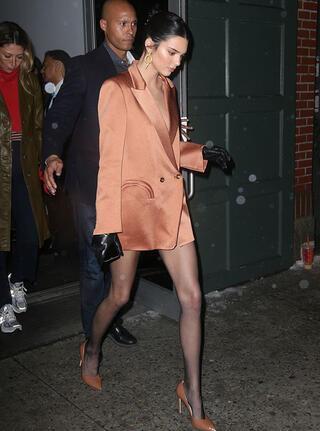 Kendall Jenner ceketini giyip çıktı Gören bir daha baktı