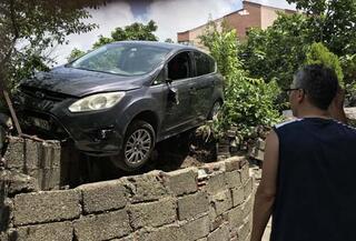 Freni boşalan otomobil bahçeye girdi Yaralılar var...