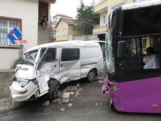 Halk otobüsü minibüse çarptı Yaralılar var