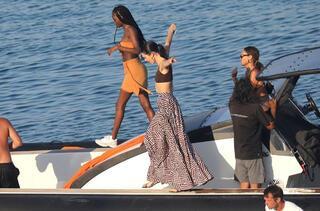 Kendall Jenner teknede aşka geldi