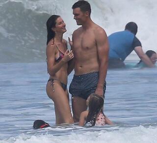 Plajda romantik anlar Öpmelere doyamadı