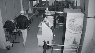 Güvenlik kameralarını gördü, tek tek yerinden söktü