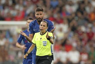 UEFA Süper Kupa finalinde sahaya taraftar girdi
