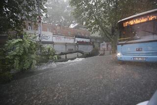 Son dakika İstanbulda yağmur hayatı felç etti