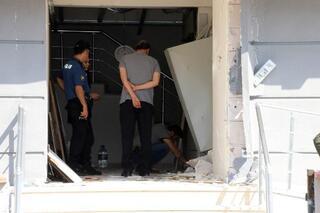 Apartmanın elektrik trafosu patladı, çelik kapılar yerinden fırladı