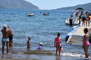 Marmaris plajları, yabancı turistlerle kentte yaşayanlara kaldı