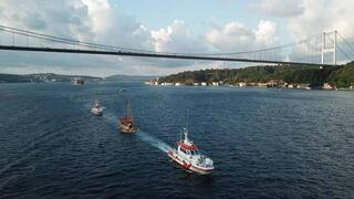 İstanbul Boğazından geçti Teknenin yapıldığı malzeme şoke etti