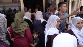 HDPlilerin oturma eylemi yapan anneye saldırısı güvenlik kamerasında