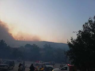 Komşuda korkutan yangın Kuşadasından görülüyor