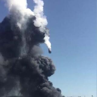 Tuzladaki patlayan tankın itfaiye aracının üzerine düşme anı