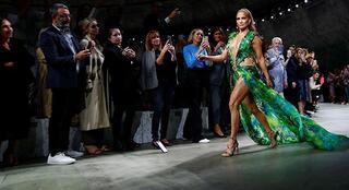 Jennifer Lopez 19 yıl sonra podyumu salladı