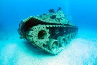 Denizin altındaki tank ilgi odağı oldu
