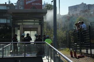 Metrobüs durağı asansöründe yangın