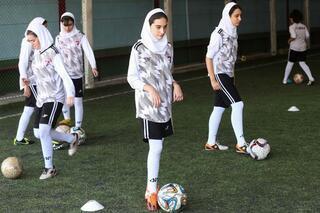 İran'da kadınlar biletlere hücum etti