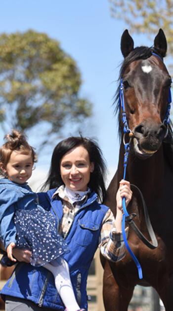 Hipodromdaki anneler anlamlı günde atları ve çocukları ile bir araya geldi