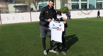 Mustafa Yumlu'dan takıma gözyaşlarıyla destek veren minik taraftara forma hediyesi
