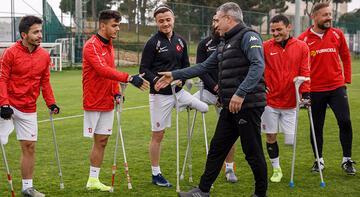 Antalyaspor Teknik Direktörü Yanal'dan Ampute Milli Futbol Takımı'na ziyaret