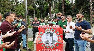 Diyarbekirsporlu futbolcular kupayla Gaffar Okkan'ın kabrini ziyaret etti