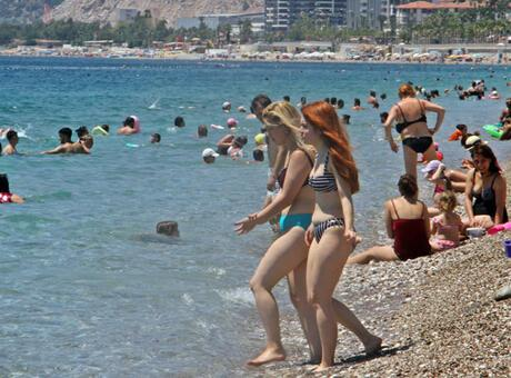 Antalya'nın dünyaca ünlü Konyaaltı Sahili'nde 'çok fazla normalleştik' dedirten görüntüler
