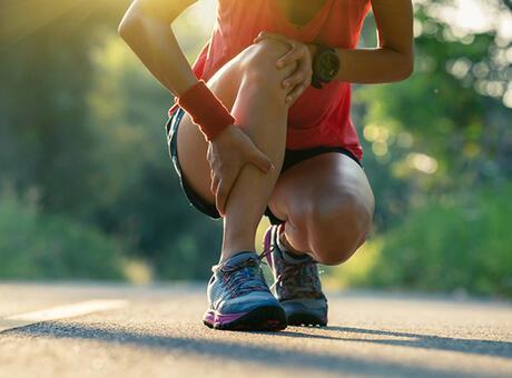 Yürürken bacakta hissedilen ağrının sebebi ve tedavisi