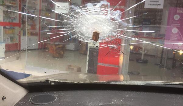 Park halindeki otomobilin camına mermi isabet etti