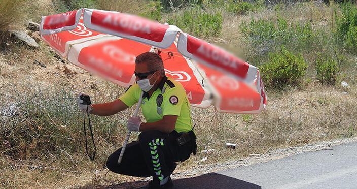 Polis sıcak havada zorlanınca çareyi şemsiyede buldu