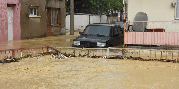 İzmirde sağanak kabusu Dere taştı, ev ve iş yerleri su altında...