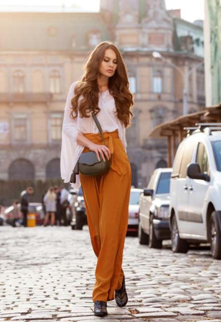 İspanyol paça pantolonlar ve parmak ucu açık topuklular
