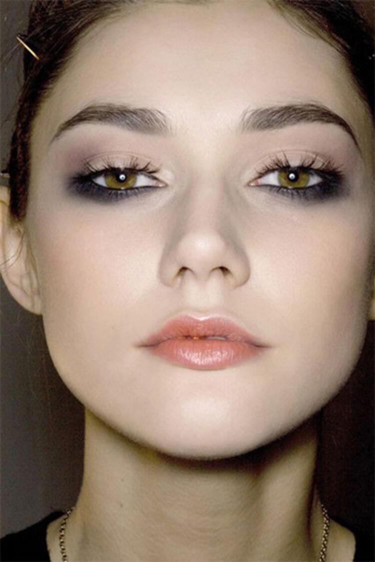 макияж для грустных глаз фото имеет одноименное название