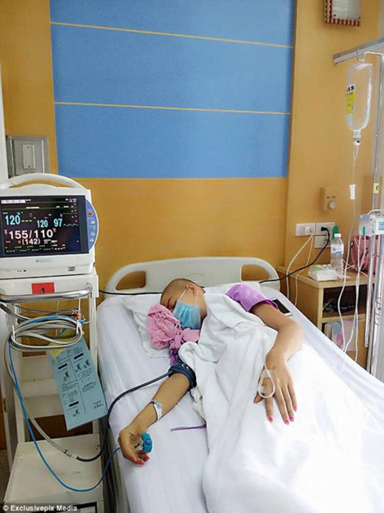 Doktorlar, genç kadını ameliyat edemiyor ancak 5 tur daha kemoterapi gördükten sonra kanserden kurtulabileceğini söylüyorlar. Jennie, şimdilerde yüzündeki greyfurt büyüklüğündeki şişliği saklamak için şapka ve maskeyle sokağa çıkıyor.Duygu Bay / PembeNar
