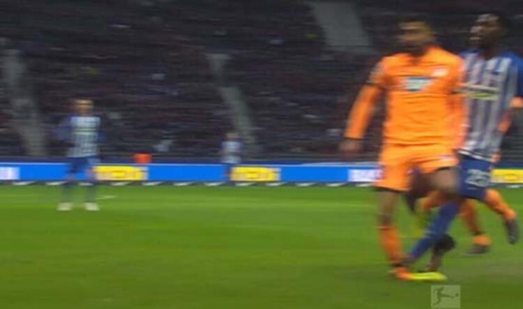 Hoffenheim'ın Hertha Berlin ile deplasmanda 1-1 berabere kaldığı karşılaşma, yürek burkan bir ana sahne oldu.(Onur Dinçer/Skorer Dış Haberler)