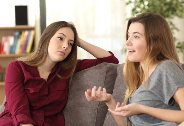 Bir arkadaşınızın ve ailenizdeki bireylerden birine bu hastalığın teşhisinin koyulduğunu öğrenmek oldukça yıkıcı olabilir. Alzheimer'in erken evrelerde yakalanması sevdiklerinizin mümkün olduğunca tedaviye erken başlamasını sağlar.İşte erken Alzheimer belirtileri…Sözcük seçerken zorlanma: