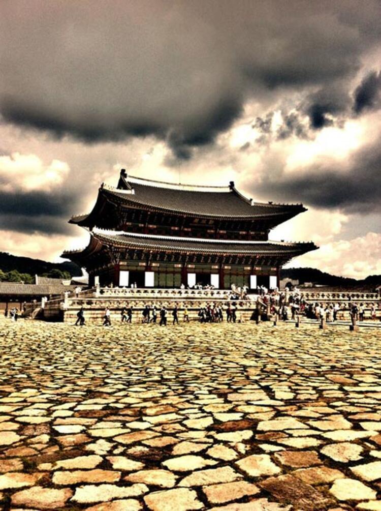 Güney Kore, sabah huzurunun toprakları, 5000 yıllık tarih, sanat ve kültürü barındırıyor… Birbirlerine saygılı ve birey olarak da oldukça gururlu insanların yaşadığı bu coğrafyaya Türklerin ilgisi son senelerde gittikçe daha fazla arttı. Bunda elbette 2005 ila 2010 yılları arasında TRT'de yayınlanan yedi farklı Güney Kore dizisinin etkisi büyük olmalı…Yudum ŞAŞMAZ