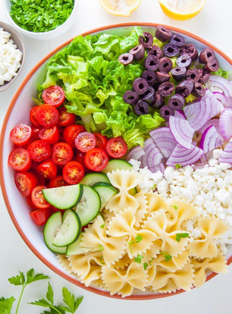 Cacıki soslu makarna salatası yapılışı: