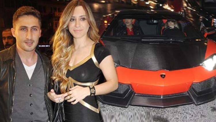 Galatasaraylı Sabri Sarıoğlunun eşi Yağmur Sarıoğlu, son olarak İzmir-Çeşme otobanında yaptığı hızla gündeme geldi. (Habertürk)İŞTE O ANLAR