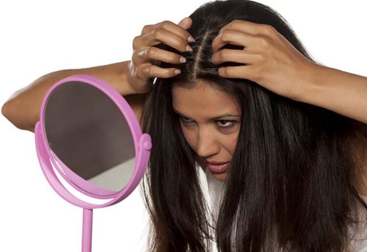 """""""Saç derisinde ve köklerinde kaşınma, yanma ve iğne batması hissini veren bir tür rahatsızlıktır.Saç nezlesinin birden çok sebebi olabilir.Saçın sıkı şekilde toplanıp hava almasını önlemek, her gün kullanılan fön makinasının saç derisini kurutması ve jöle kullanımını fazlalaştırmak saç nezlesine neden olabilir.Aynı zamanda yıkanan saçın kurutulmaması,soğuk hava ve rüzgâra maruz kalması, saç derisinin ve köklerinin zamanla üşüyerek nezle olmasına sebep olur ve bu durum Saç diplerinde kaşıntıya, yaralara ve dökülmelere yol açar.""""Kadınlarda erkeklerden daha fazla görülüyor"""