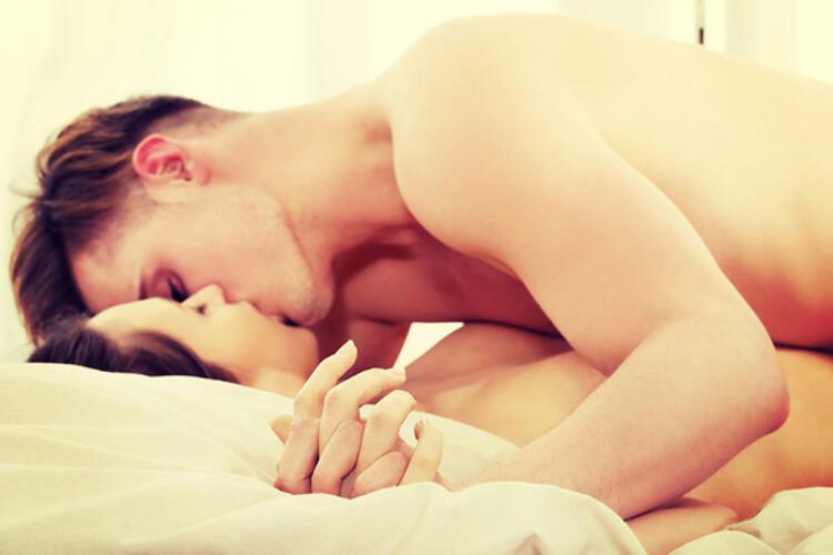 фото поцелуи в кровати находится большая парковка