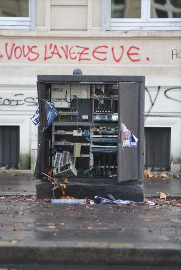 Champs-Elysees çevresindeki birçok restoran, kafe ve mağaza, protestolar nedeniyle kepenk indirmiş ve çevrede de 3 ila 4 milyon avroluk hasar oluşmuştu. Kaynak: AA