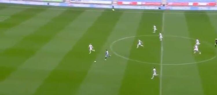 Dünyaca ünlü teknik direktör Marcelo Bielsa gittiği takıma damgasını vuruyor... Arjantinli teknik adamın çalıştırdığı Championship ekibi Leeds United, Wigan Athletici deplasmanda 2-1 yenerken, maçtaki bir pozisyon çok konuşuldu.(Skorer)