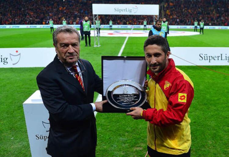 Galatasaray'a uzun yıllar hızmet eden tecrübeli futbolcu Sabri Sarıoğlunda flaş bir gelişme yaşandı (Nevzat Dindar / Milliyet)